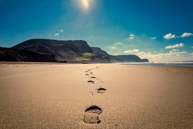 footsteps-3938563_640.jpg